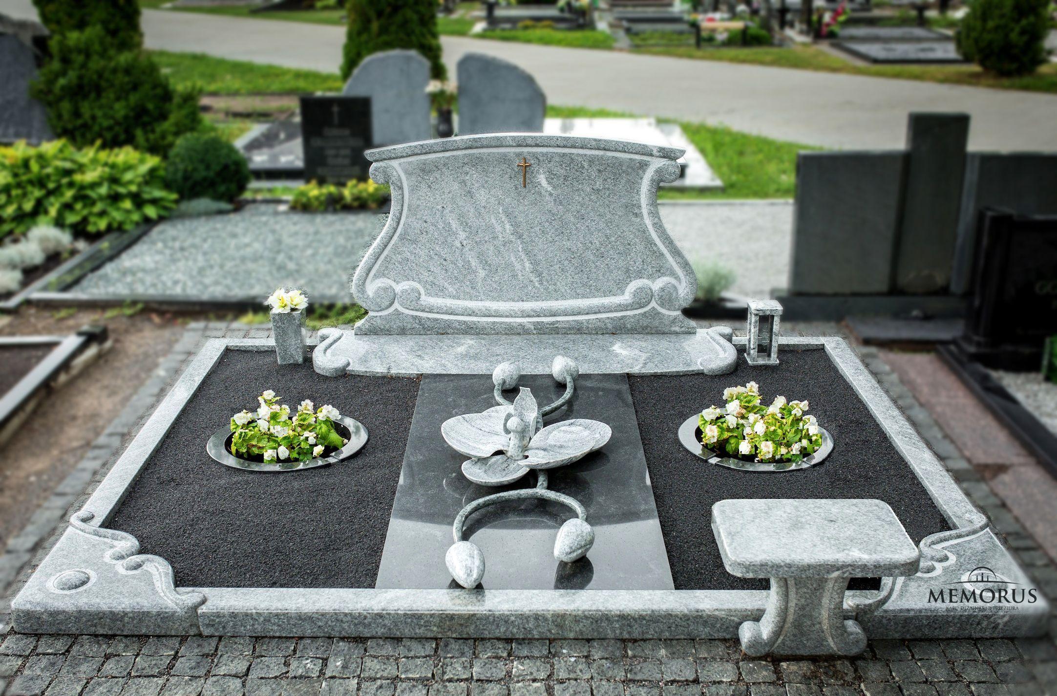 kapas dalinai uždengtas granito plokšte ir dekoruotas rankų darbo gaminiais