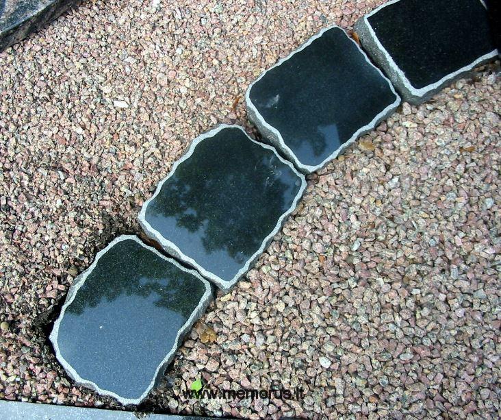 Kapavietės tvarkymo nuotrauka atskiriant skaldeles nuo žemės marmuro - granito elementais