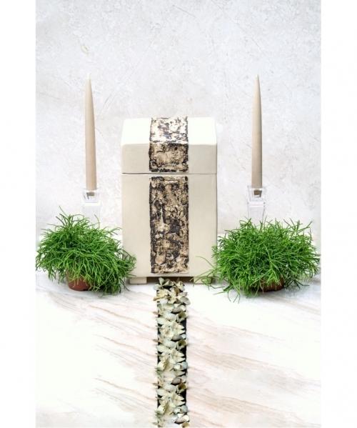 sviesi keramikine kremavimo urna ant kojeliu basilica su juosta