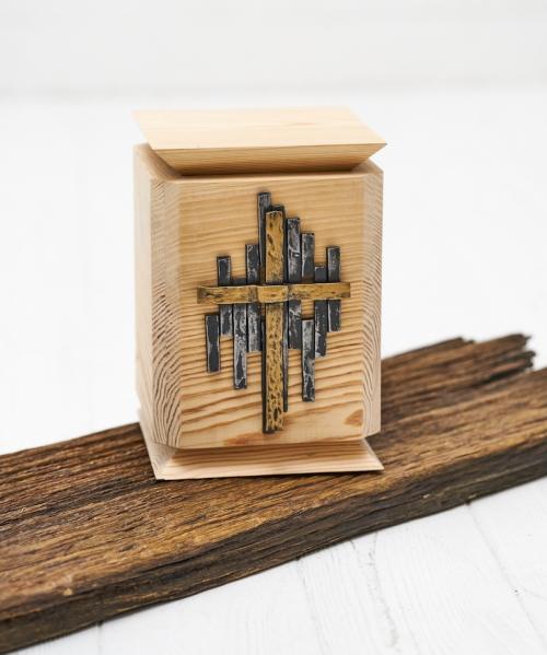 kremavimo urna su ranku darbo kryziumi