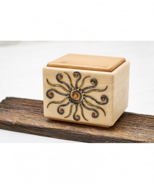 kremavimo urna saulyna dekoruota ranku darbo kalvyste ir gintaru