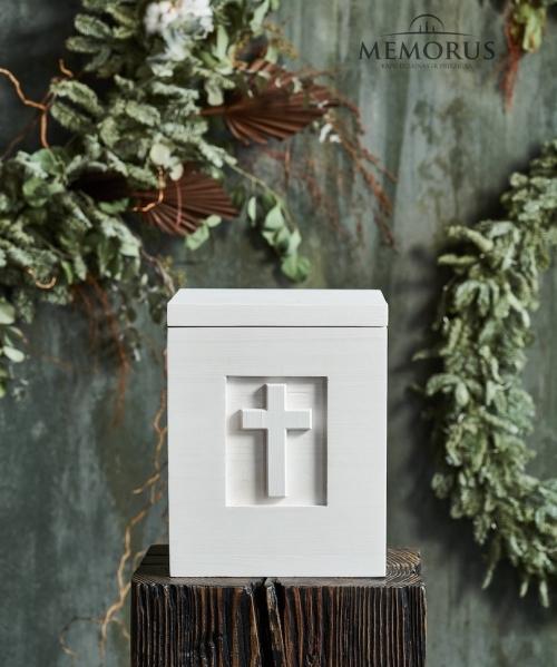 balta medine urna su kryziumi