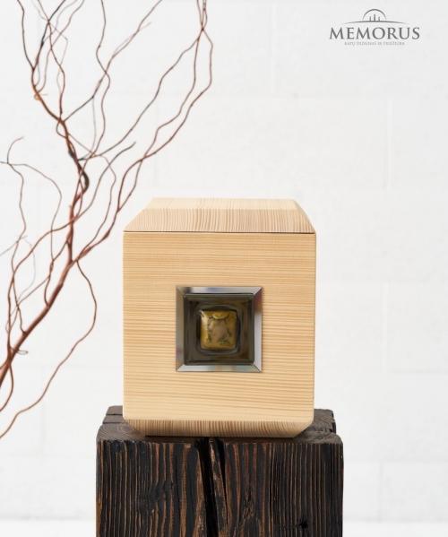 šviesi medinė urna su stiklo dekoru