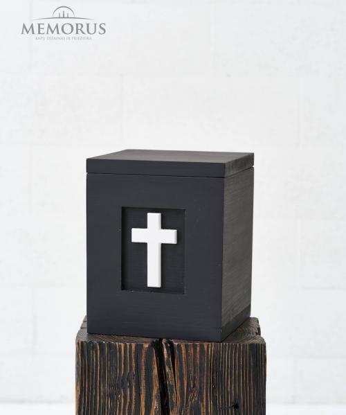 juoda medine urna su baltu kryziumi