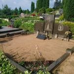 įkritusi kapavietė su smėliu prieš kapo apželdinimo ir tvarkymo darbus