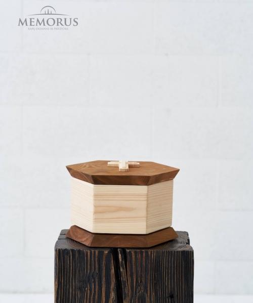 medine kremavimo urna su kryzeliu