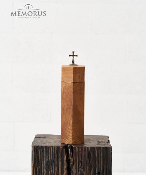 auksta medine urna su kryziumi