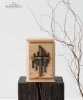 medine kremavimo urna su stilizuotu kalvisku kryziumi