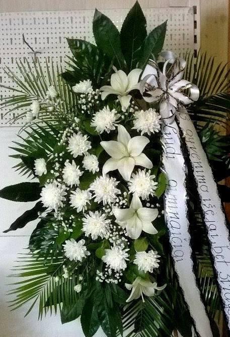 Didelis baltų gėlių vainikas su kaspinu laidotuvėms
