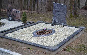 Kapavietė padengta šviesia skaldele po kapo sutvarkymo