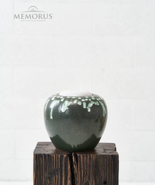 kremavimo urna su zalios ir baltos spalvos glazura