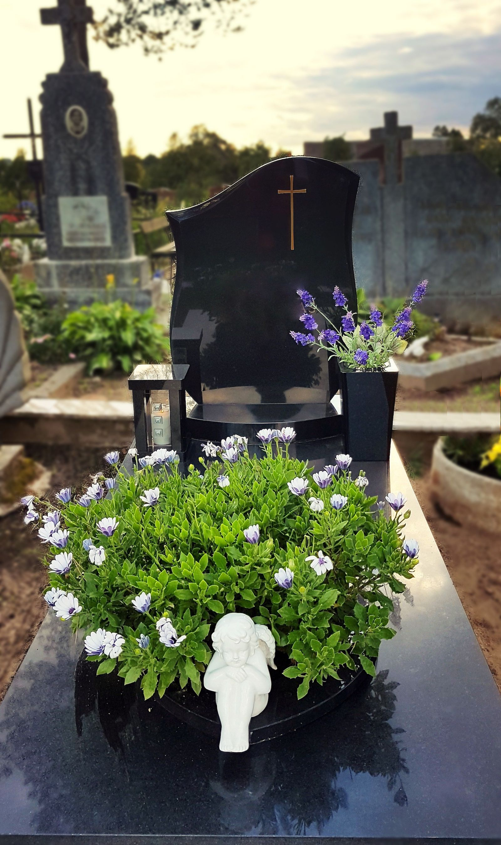 juodo granito rankų darbo žvakidė kapams su vaza
